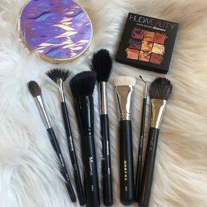 Eyeshadow pallets and brush bundle